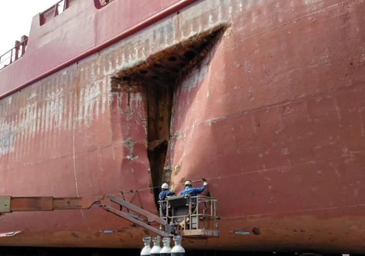 El buque tiene doble casco y aguantó bien el golpe