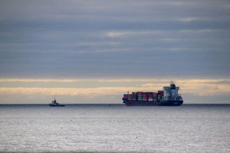 """El buque """"Beatriz B"""" y el remolcador """"Boluda don Blas"""", en aguas de La Palma"""