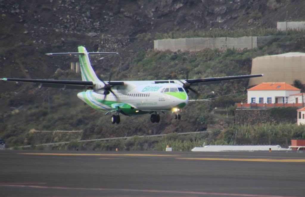 """El avión ATR-72 """"La Palma-Isla Bonita"""", a punto de aterrizar"""