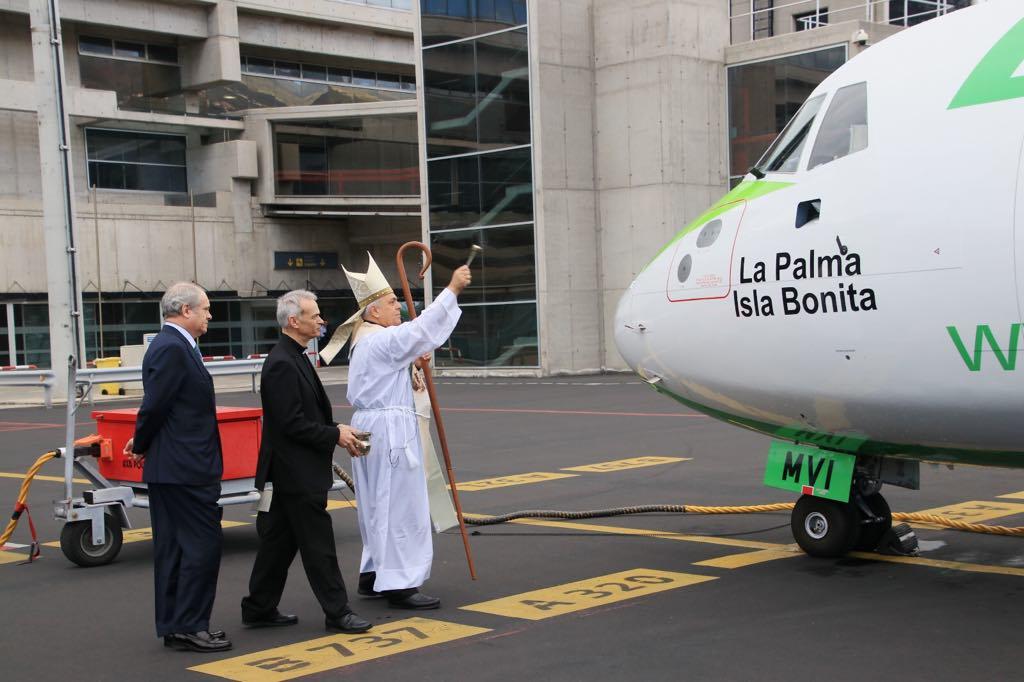 El obispo de la diócesis procede al bautizo del nuevo avión