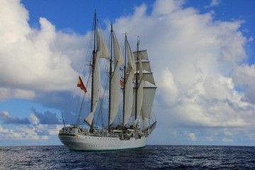 """El buque-escuela """"Juan Sebastián de Elcano"""", a su recalada en aguas de Brasil"""