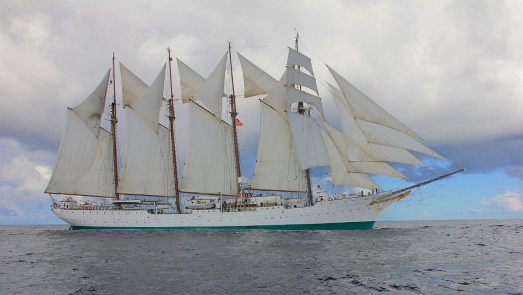 Estampa marinera del buque-escuela visto por la banda de estribor, con todo el aparejo desplegado