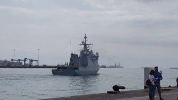 """El BAM """"Meteoro"""", en la maniobra de salida del arsenal de Las Palmas de Gran Canaria"""