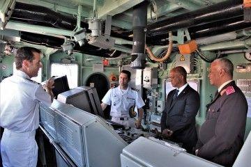 """Las autoridades de Cabo Verde, en el puente de mando del patrullero """"Infanta Elena"""""""