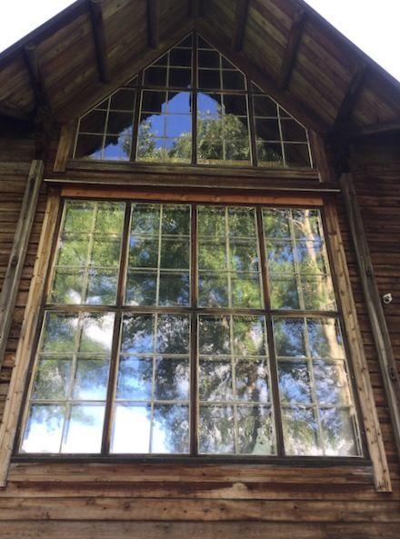 En la vivienda destaca un gran ventanal para captar la luz