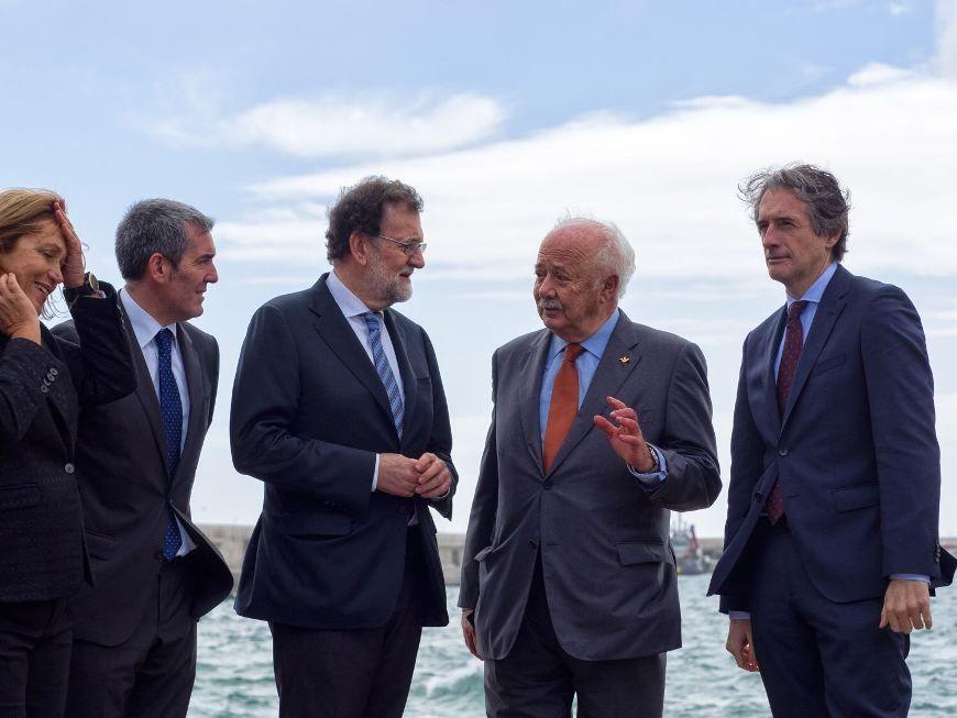 Mariano Rajoy conversa con Ricardo Melchior en presencia de Íñigo de la Serna y Fernando Clavijo
