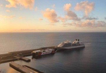 """Los buques """"Seabourn Quest"""" y """"Volcán de Tirajana"""", esta mañana, en el puerto de El Hierro"""