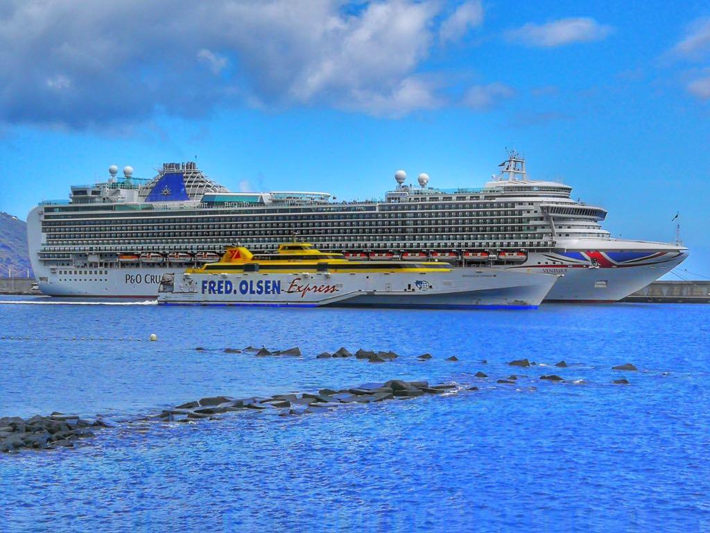"""El fast ferry """"Benchijigua Express"""" se cruza con el buque """"Ventura"""""""