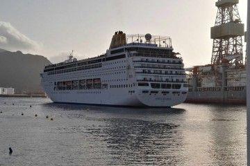 """El buque """"Costa neoRiviera"""" maniobra a su llegada al puerto tinerfeño"""