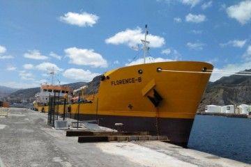 """El petrolero francés """"Florence B"""", visto por la amura de estribor, atracado en el puerto tinerfeño"""