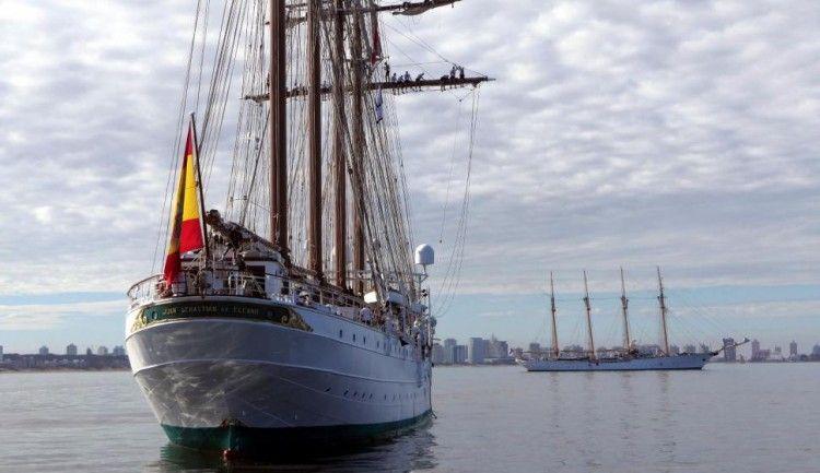 """De popa, el buque-escuela """"Juan Sebastián de Elcano"""" y, al fondo, su casi gemelo """"Esmeralda"""""""
