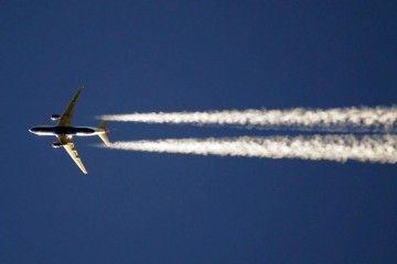 Estela de un avión en el cielo de Barcelona