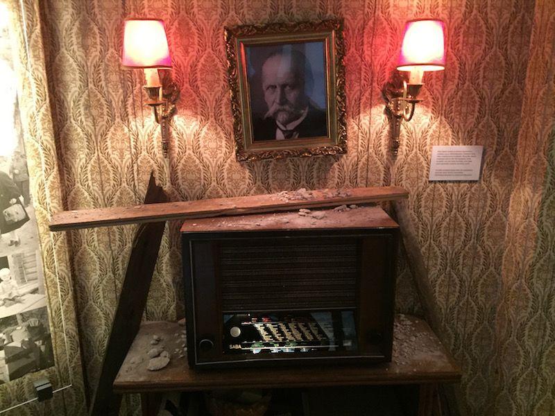 Recreación de daños en un salón de una casa con aparato de radio