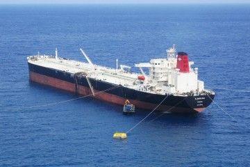 """El petrolero """"Almudaina"""", descargando en la terminal de CEPSA en Tenerife (mayo de 2005)"""