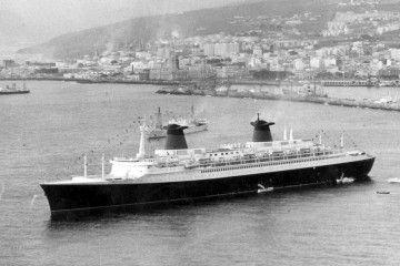 """El trasatlántico """"France"""", fondeado en su primera escala en aguas del puerto de Santa Cruz de Tenerife"""