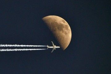 El avión vuela a 11.880 metros de altitud, a una velocidad de 825 km/h