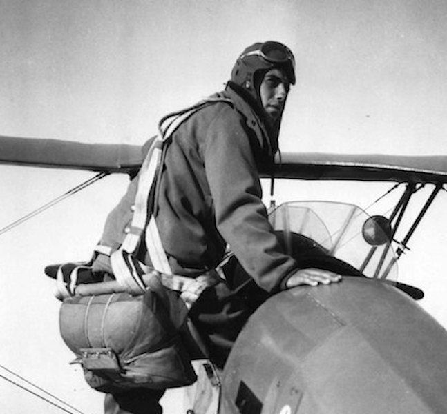 Francisco Andreu subiéndose a una avioneta de entrenamiento Bücker