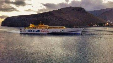 """El trimarán """"Benchijigua Express"""" maniobra en el puerto de San Sebastián de La Gomera"""