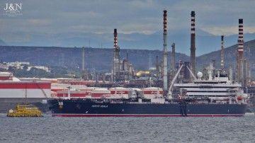 """El petrolero """"Monte Udala"""", en su primera descarga en la refinería de CEPSA en la había de Algeciras"""