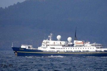 """El buque """"Serenissima"""", a su salida de la ría de A Coruña"""