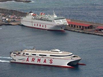 """El catamarán """"Volcán de Tirajana"""", a su salida del puerto de Santa Cruz de La Palma"""