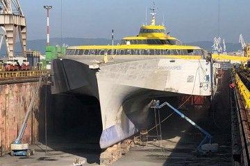 """El buque """"Benchijigua Express"""", en dique seco, visto por la amura de babor"""