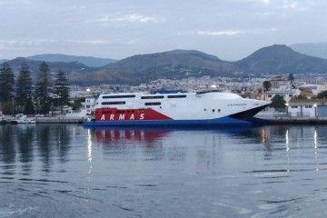 """El catamarán """"Express"""" luce el logotipo de Armas"""