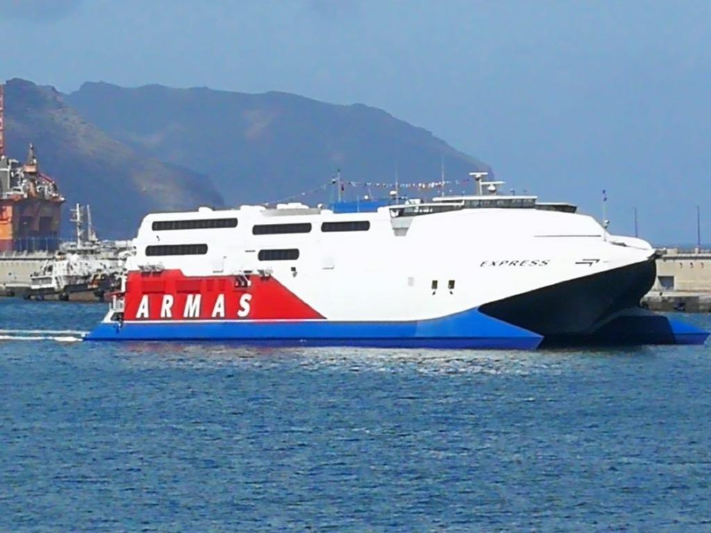 """El catamarán """"Express"""", a su llegada esta tarde al puerto de Santa Cruz de Tenerife"""