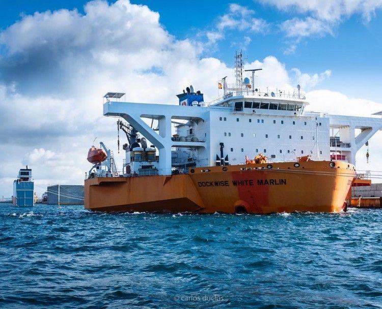 El buque, con un calado de 23 m, preparado para la operación de carga