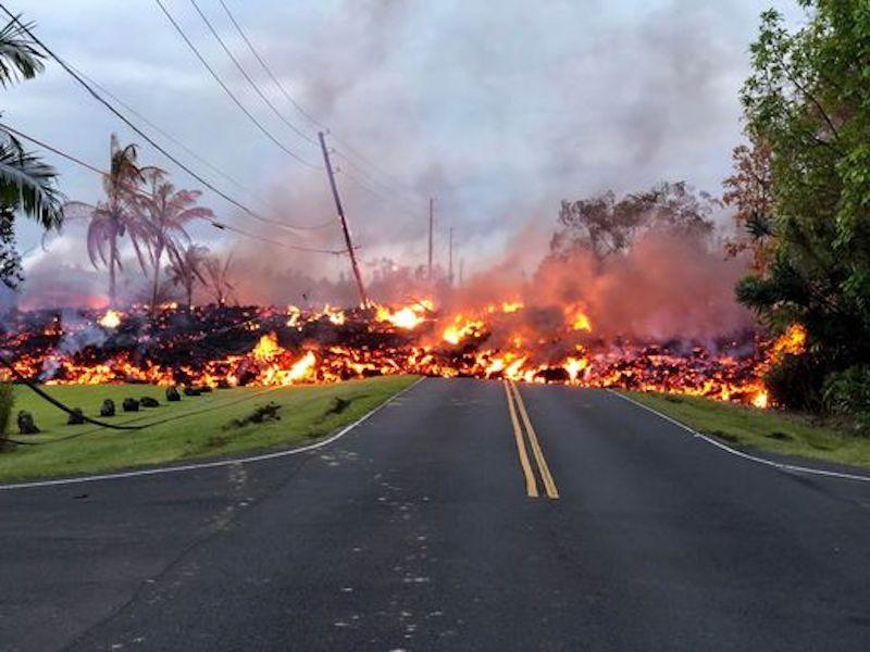 La lava corta carreteras en la zona de Leilane Estates