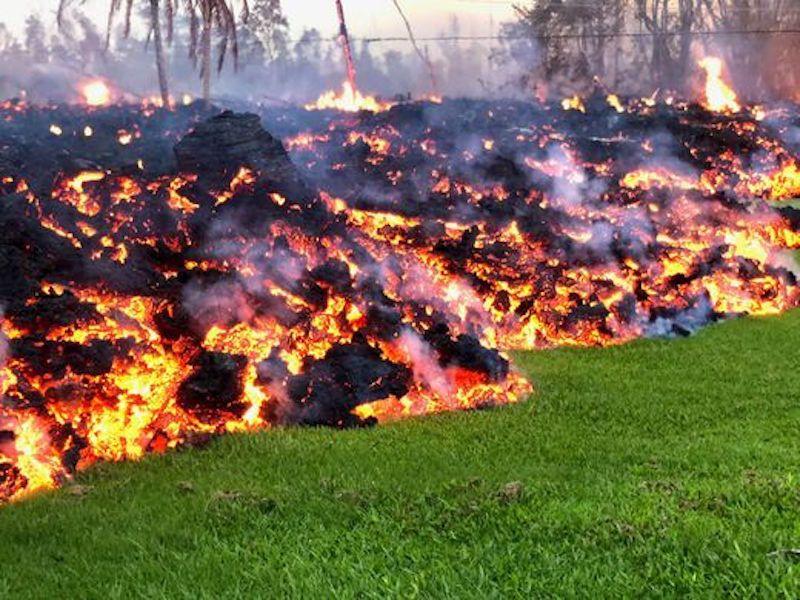 La lava invade los jardines que encuentra a su paso