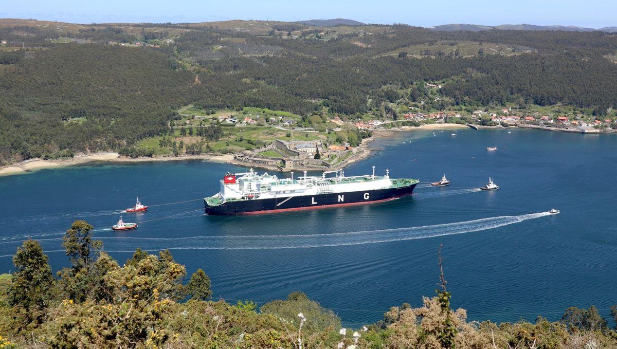 """El buque """"Castillo de Mérida"""", entre los castillos de la ría de Ferrol"""