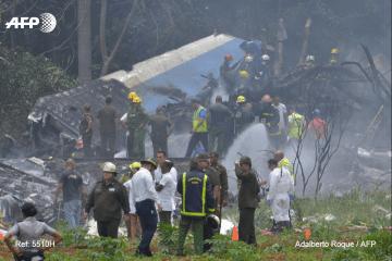 Las brigadas de rescate buscan supervivientes entre los restos del avión accidentado