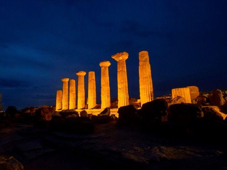 Visión nocturna del templo de Heracles (templo A)