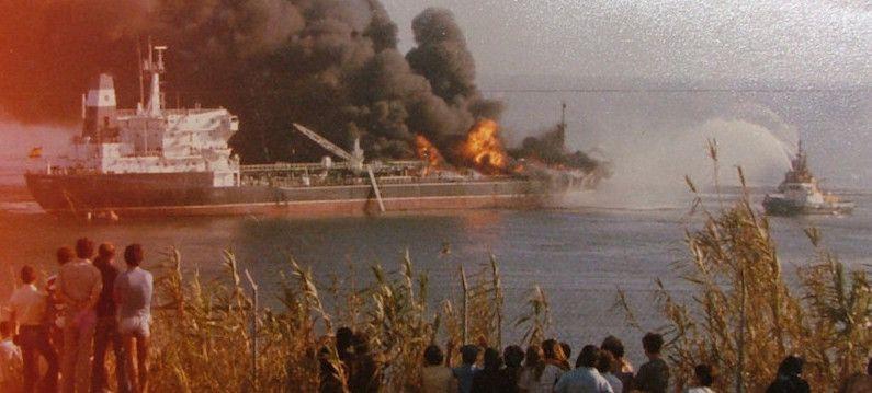 """Fuego a bordo del petrolero """"Campeón"""", en Sines (Portugal)"""