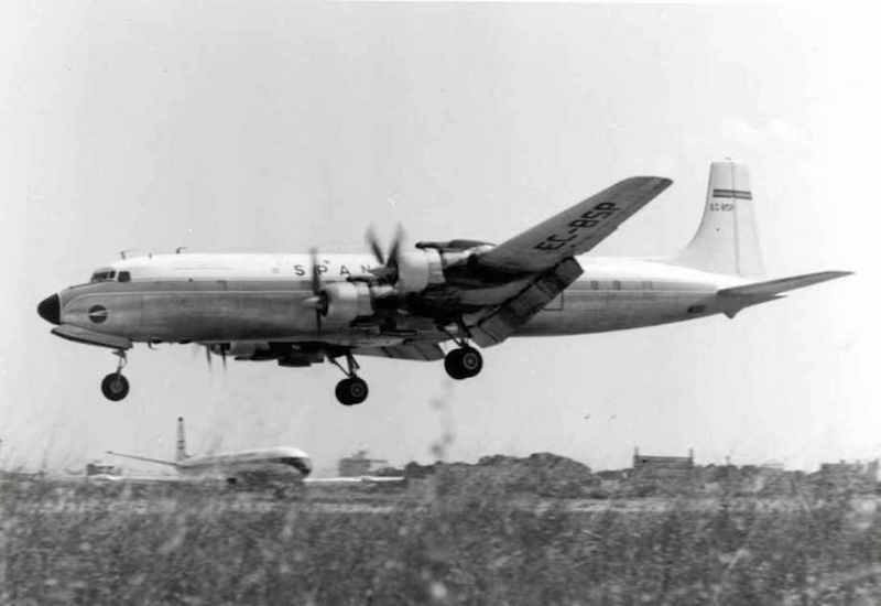 Douglas DC-7 de Spantax a punto a aterrizar
