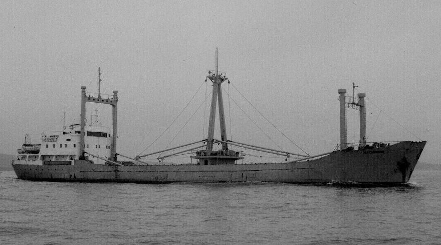 """El buque """"Descubridor"""", en su aspecto original, dotado de puntales"""