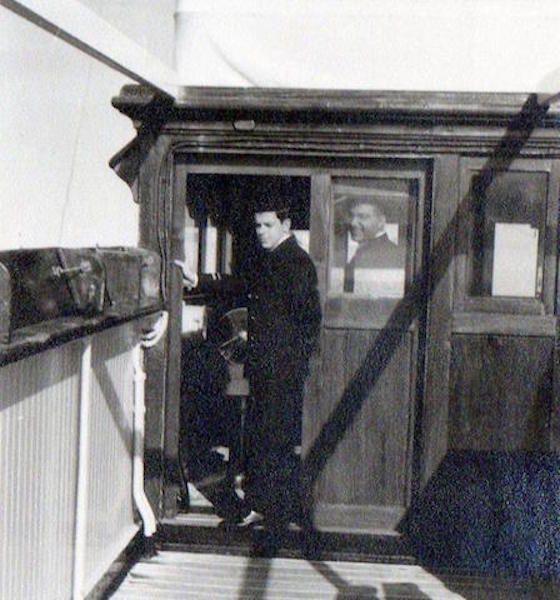 El autor, entonces segundo oficial. Por la ventana mira el capitán Rancel