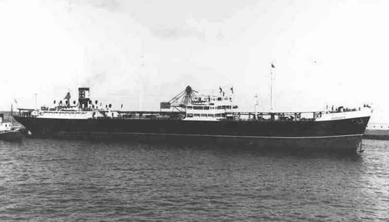 """El petrolero """"Zaragoza"""" maniobra en el puerto de Santa Cruz de Tenerife"""