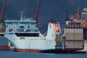 """El buque """"Elisabeth Russ"""", atracado en el puerto de Santa Cruz de Tenerife"""