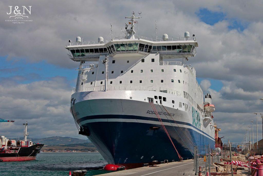 Visto por la amura de babor, atracado en el puerto de Algeciras