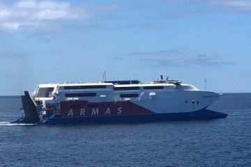 """El catamarán """"Express"""", en aguas de Los Cristianos"""