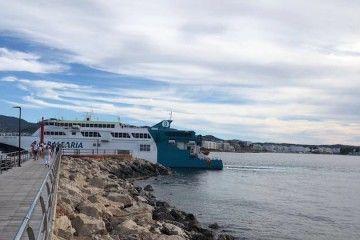 """El catamarán """"Pinar del Río"""", embarrancado a la entrada del puerto de Denia"""