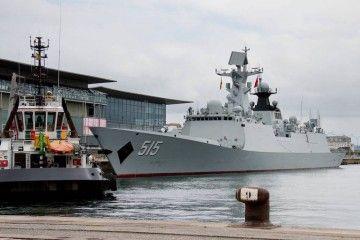 """La fragata china """"Binzhou"""" (F-515), en el puerto de A Coruña"""