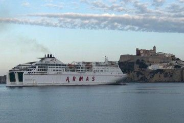 "El buque ""Volcán de Tinamar"", a su llegada esta mañana a Ibiza"
