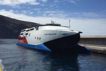 """El catamarán """"Express"""" tuvo que cambiar de atraque para reparar daños"""