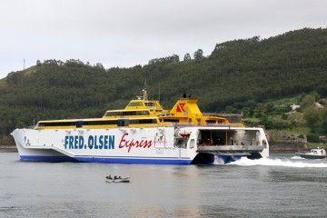 """El buque """"Bencnijigua Express"""" pasa entre los castillos de San Felipe y La Palma"""