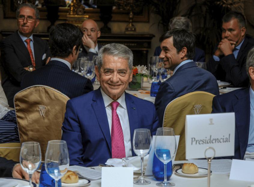 Antonio Armas sonríe. Ha alcanzado un éxito notable con la compra de Trasmediterránea