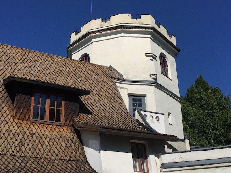 Detalle del torreón de inspiración medieval