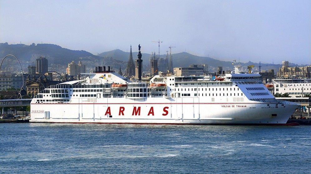 """El buque """"Volcán de Tinamar"""", visto en toda su eslora, atracado en el puerto de Barcelona"""
